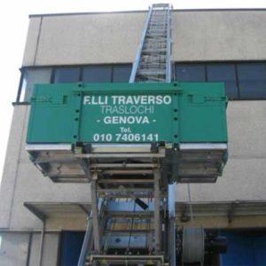 Carrello elevatore di Fratelli Traverso Traslochi, per traslochi di casa e ufficio nella massima sicurezza.