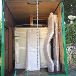 Disposizione professionale dei mobili di un trasloco all'interno di un camion di Fratelli Traverso Traslochi.