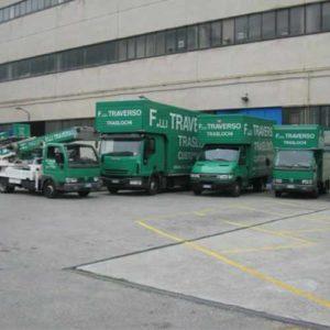 I mezzi di Fratelli Traverso Traslochi, per tutti i tipi di trasloco. In primo piano l'autoscala.