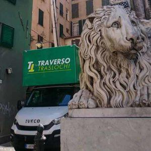 Il camion Fratelli Traverso Traslochi effettua un trasloco con l'elevatore nel centro storico di Genova.
