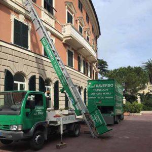 Un camion e l'autoscala di Fratelli Traverso Traslochi, durante un trasloco domestico.