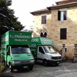Furgone e camion di Fratelli Traverso Traslochi, durante un trasloco.