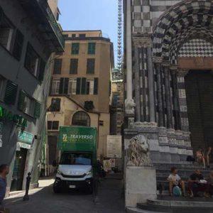 I camion di Fratelli Traverso Traslochi nel centro storico di Genova