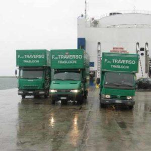 I camion di Fratelli Traverso Traslochi all'opera per il vostro trasloco internazionale.
