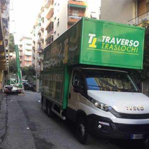 Camion e scala per i traslochi di Fratelli Traverso Traslochi